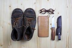 起动和皮革钱包在平的松木 免版税库存照片