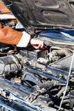 起动有另一辆车的一个死的汽车电池 免版税图库摄影