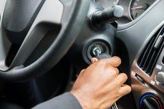 起动汽车的人` s手插入键 免版税图库摄影