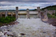 水起动通过一个水力发电站 免版税图库摄影