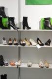 起动,鞋子国际性组织专门了研究鞋类、袋子和辅助部件Mos鞋子的陈列 免版税库存图片