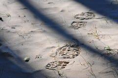 起动,鞋子在沙子打印 免版税库存照片