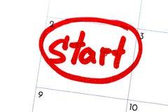 `起动`是在与一个黑标志的日历写的文本 图库摄影