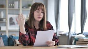 起反应对失败的偶然少女在读文件以后,损失 股票录像