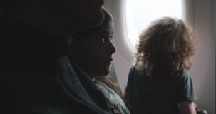 起反应对着陆的孩子在飞机上在 4k的一次七高八低的着陆期间 股票视频