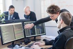 起始业务问题解决 研究台式计算机的软件开发商 免版税库存照片
