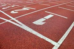 起始时间 室外运动体育场的红色连续跑马场 库存图片