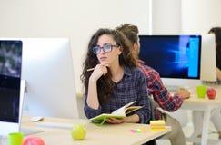 起始的事务,研究计算机的软件开发商在现代办公室 免版税库存照片