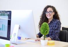 起始的事务,研究计算机的软件开发商在现代办公室 图库摄影