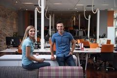 起始的企业夫妇在一个现代办公室 图库摄影