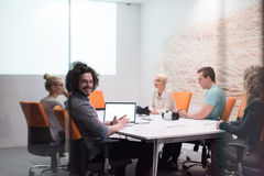 起始的企业队在现代夜办公室buildi的一次会议上 库存图片