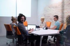 起始的企业队在现代夜办公室buildi的一次会议上 免版税库存图片