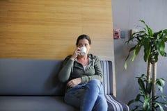 起始的企业饮用的咖啡在办公室断裂时间 图库摄影