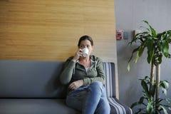 起始的企业饮用的咖啡在办公室断裂时间 免版税图库摄影
