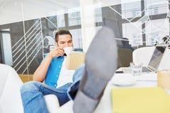 起始的创建者采取咖啡休息 免版税库存照片