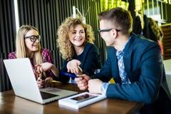 起始的变化配合激发灵感会议概念 人运作的计划开始  小组看在膝部的年轻人妇女 库存图片