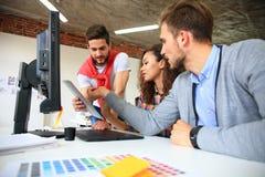 起始的变化配合激发灵感会议概念 企业分享世界经济报告文件的队工友 库存图片