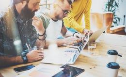 起始的变化配合激发灵感会议概念 企业队工友全球性分享的财务报告膝上型计算机 免版税库存照片