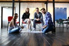 起始的变化配合激发灵感会议概念 企业队工友全球性分享的经济膝上型计算机 人们 图库摄影