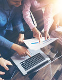 起始的变化配合激发灵感会议概念 企业队工友全球性分享的经济膝上型计算机 免版税图库摄影