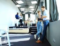 起始的变化配合激发灵感会议概念 企业队工友分析财务报告膝上型计算机 人们 库存照片