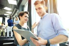 起始的变化配合激发灵感会议概念 企业队工友分析财务报告膝上型计算机 人们 库存图片