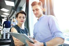 起始的变化配合激发灵感会议概念 企业队工友分析财务报告膝上型计算机 人们 免版税库存图片
