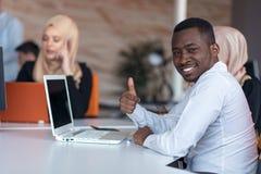 起始的商人在现代办公室编组运作的每天工作 技术办公室,技术公司,技术起动,技术队 库存照片