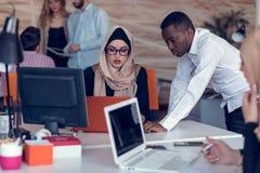起始的商人在现代办公室编组运作的每天工作 技术办公室,技术公司,技术起动,技术队 免版税库存图片