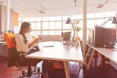 起始的商人在现代办公室编组运作的每天工作 免版税库存图片