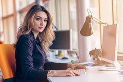 起始的商人在现代办公室编组运作的每天工作 免版税库存照片