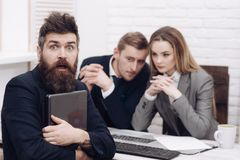 起始的概念 企业交涉,谈论成交的情况 商务伙伴或商人在会议上,办公室 库存图片
