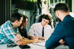 起始的配合激发灵感会议概念 人运作的计划开始  小组青年人Explaning和谈论和 免版税库存图片