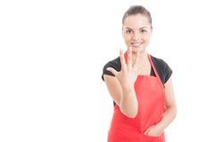 起来快乐的大型超级市场的雇员五个手指 免版税图库摄影