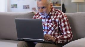 起来愉快的人他的读电子邮件的手关于聘用,领抚恤金者的工作 股票录像