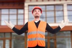 起来自信的建筑工人他的手  库存图片