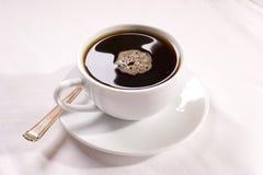 起泡咖啡滴水 库存图片