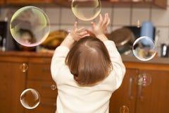 起泡女孩作用小的肥皂 库存图片