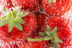 起泡草莓水 图库摄影