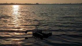 起波纹在与肮脏的补丁的海码头的泥泞的海波浪在夏天 股票视频