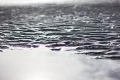 起波纹在海滩的沙子,黑白照片 免版税库存照片