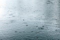 起波纹在湖表面的雨珠 库存照片