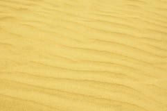 起波纹的沙子背景 库存照片