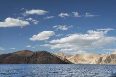 起波纹的表面高山喜马拉雅湖 库存照片