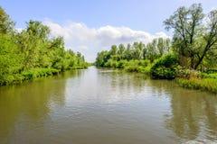 起波纹的水在一条宽荷兰小河浮出水面 图库摄影
