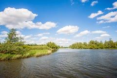 起波纹的水在一条宽荷兰小河浮出水面 免版税库存照片