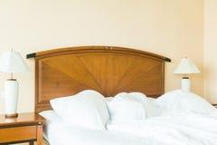起皱在床上的枕头 免版税库存照片