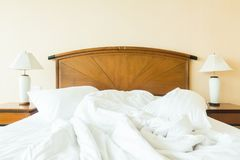 起皱在床上的枕头 库存照片