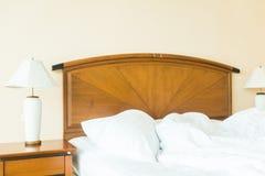 起皱在床上的枕头 库存图片