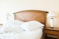 起皱在床上的枕头 图库摄影